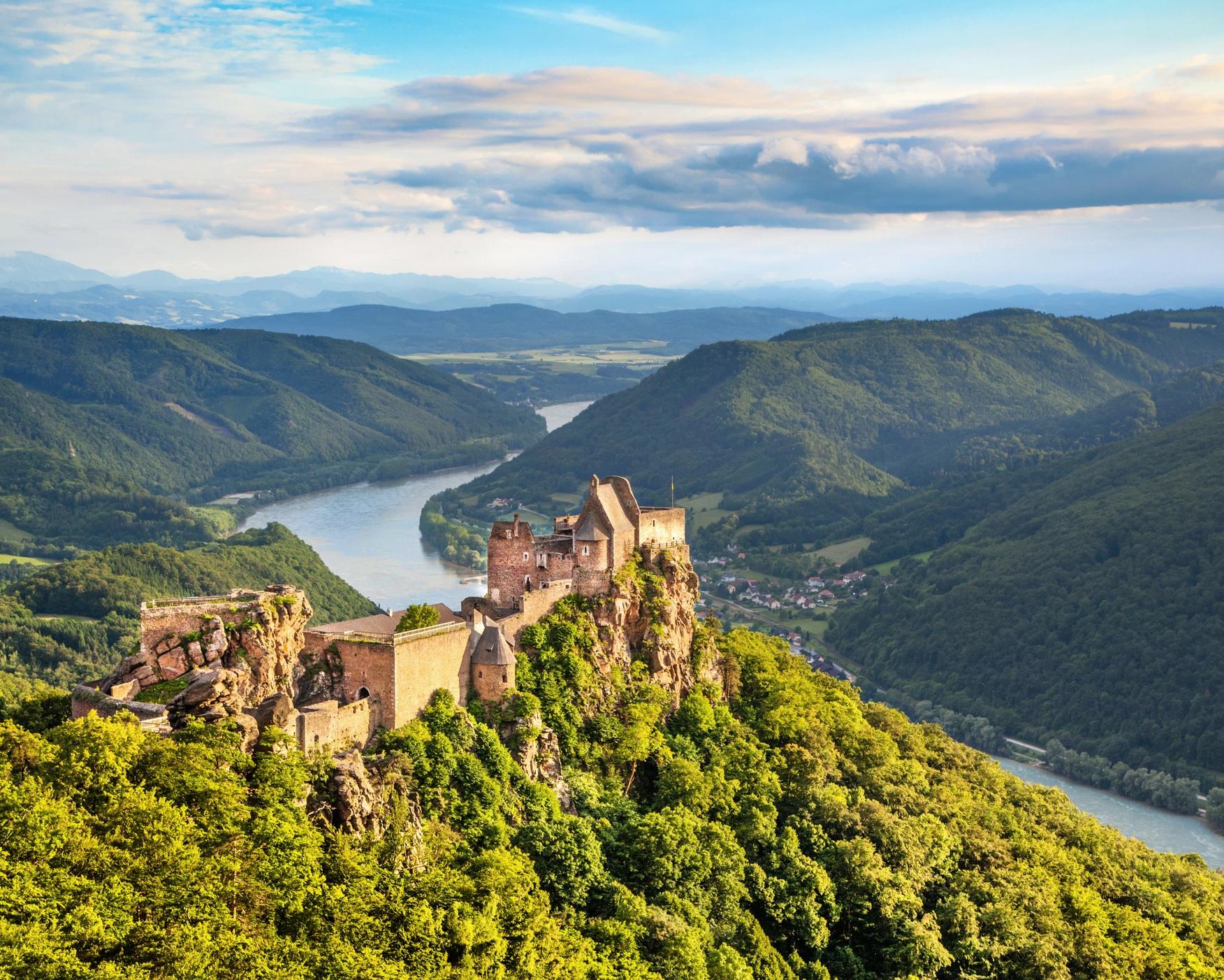 DESTINATION DONAU - Entdecken Sie mit Ihrer Yacht die Donau von ihren schönsten Seiten. Die zahlreichen versteckten Plätze und die malerischen Naturräume entlang der Donau bieten erstklassige und wunderschöne Ausflugsziele für Sie und Ihre Gäste. Nutzen Sie Ihr Boot und erkunden Sie die Donaustadt Linz, die Neue Donau, wo Sie die moderne Seite Wiens kennenlernen können oder erleben Sie vom Donaukanal aus das Zentrum des historischen Wiens. Oder nützen Sie diesen traumhaften Standort um, eine Entdeckungstour mit Ihrem Boot entlang der atemberaubenden Wachau zu machen. Und genießen Sie auf Ihrem Boot die Seitengewässer mit ihren stillen und idyllischen Altwässern.Entdecken Sie jetzt auf unserem Blog eine Vielfalt an Yachtrevieren>>