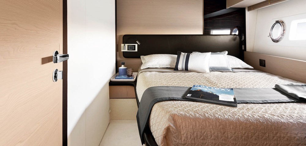 82_20170119064437_72-port-side-guest-cabin-sand-oak-&-glossy-ebony-version_mid-res.jpg