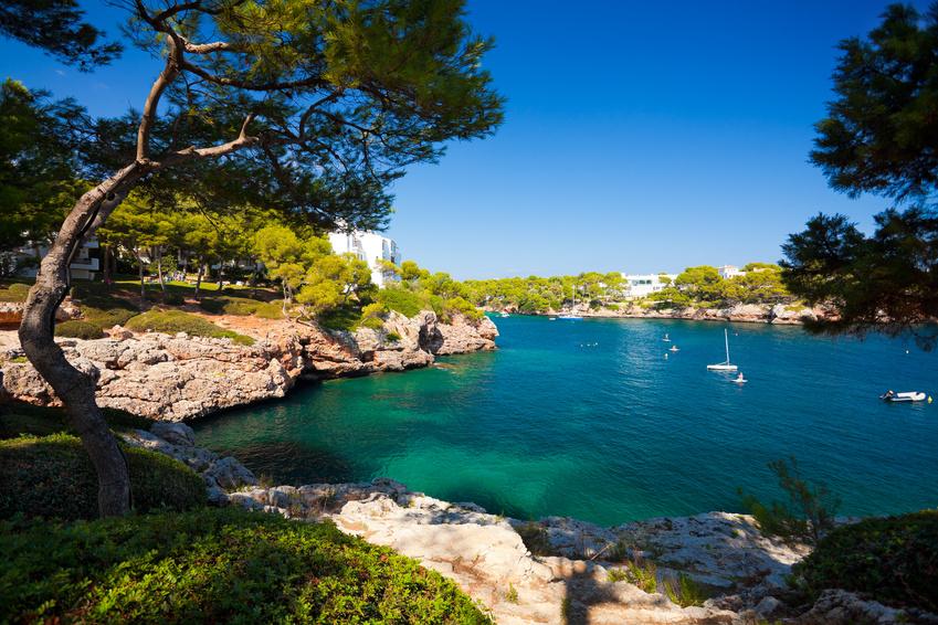 DESTINATION MALLORCA - Die 555 km lange Küste der Baleareninsel bietet endlose türkisfarbene Gewässer und einsame Strände, die Sie mit Ihrer Yacht besuchen können. Mondäne Häfen mit Glamour-Faktor wie Port Adriano oder Puerto Portals laden zum Bummel ein. Oder legen Sie in einem der malerischen Fischerhäfen an und lassen Sie einfach die Seele baumeln. Empfehlenswert sind auch die Serra de Tramuntara, ein Gebirgszug im Nordwesten mit schroffem Fels, tiefen Schluchten und viel ursprünglicher Natur.Entdecken Sie jetzt auf unserem Blog eine Vielfalt an Yachtrevieren >>