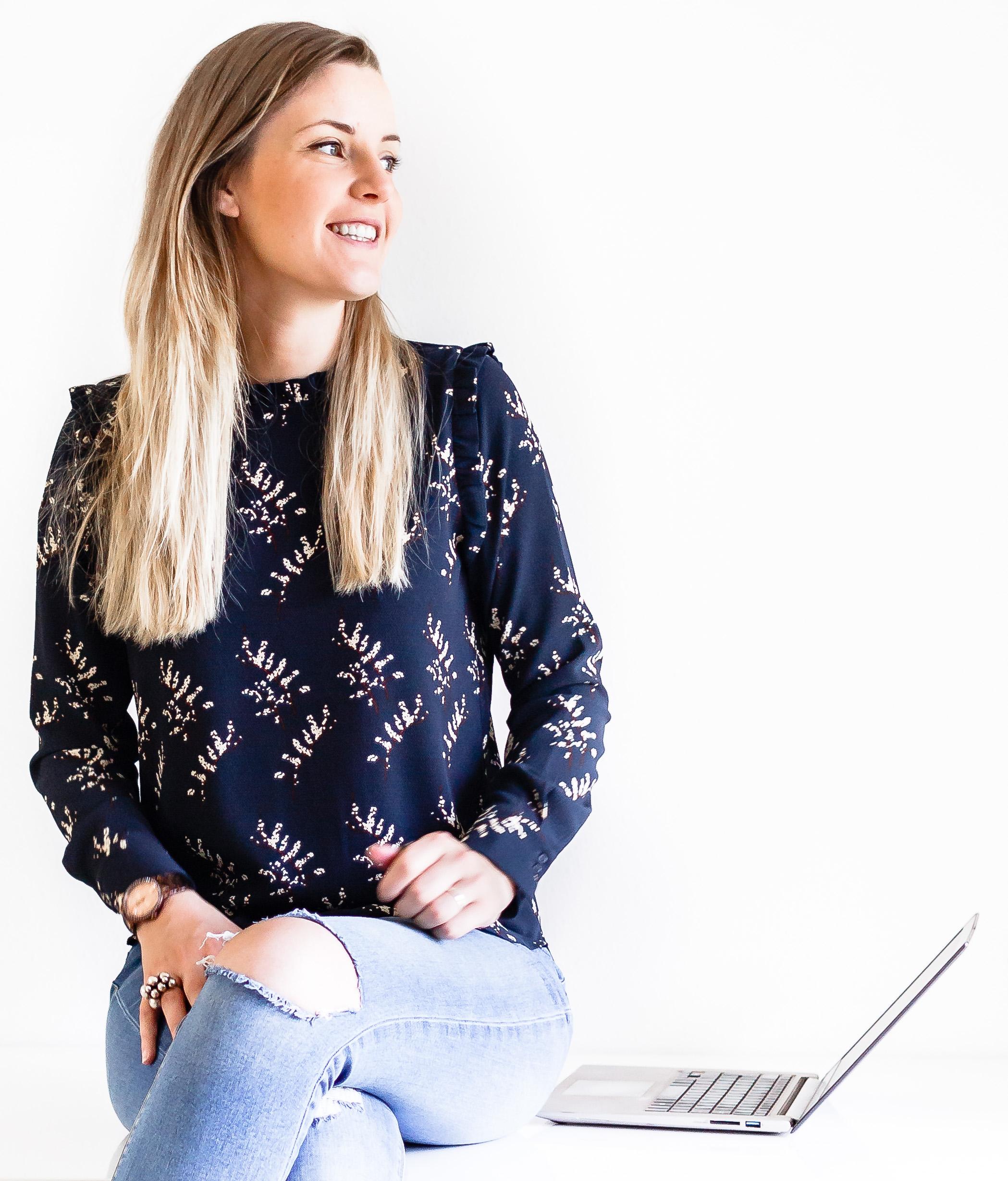 Hey, Jeg er Louise - En frederikshavner besat af internettet, som vendte en blogspot-madblog til et solopreneur-empire.Nu viser jeg dig alle mine hemmeligheder, strategier og teknikker, så du også kan rocke din del af internettet. Min mission er at guide dig gennem at starte, opbygge og drive din blog, brand og business, så du kan skabe det liv, du drømmer om.Grib en kop kaffe og lad os suse fuld fart frem.