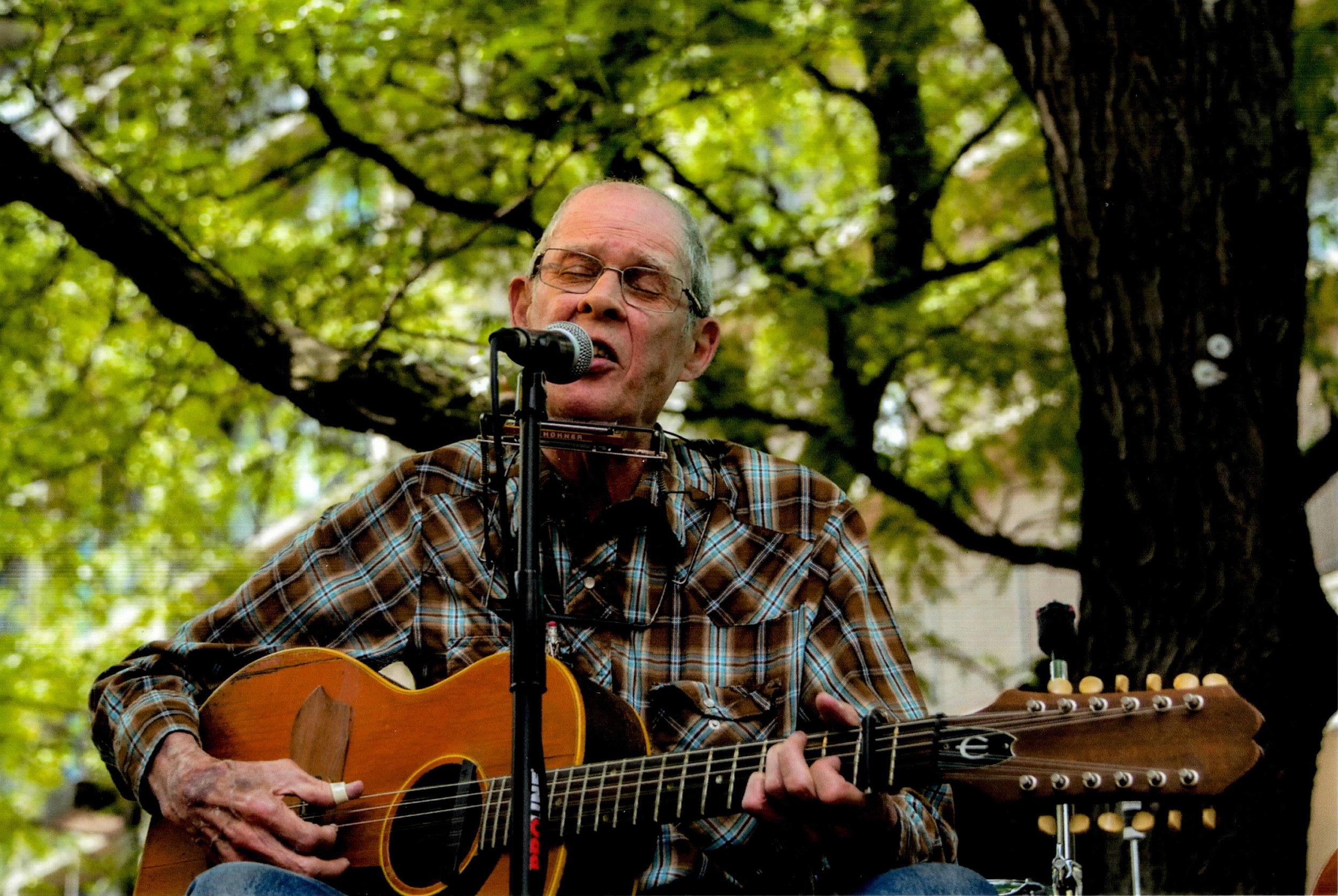 Spider John Koerner performs on Palmer's patio.