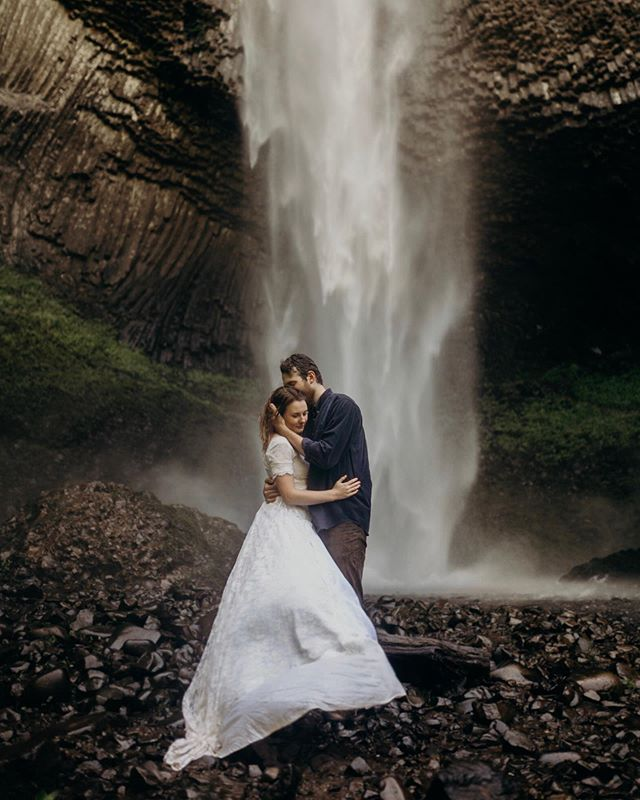 On this Monday morning, we're going to start off with this amazing couple who didn't mind to get soaking wet in really really REALLY cold water. These two were unreal, she took her wedding dress and changed in the waterfall, she was down to do and go anywhere and get the dress all dirty! Let's not forget to talk about how sweet they were, I gave little to no directions to them, they were naturals in front of the camera. So, guess who will be writing a blog about them and my other couples in Oregon?