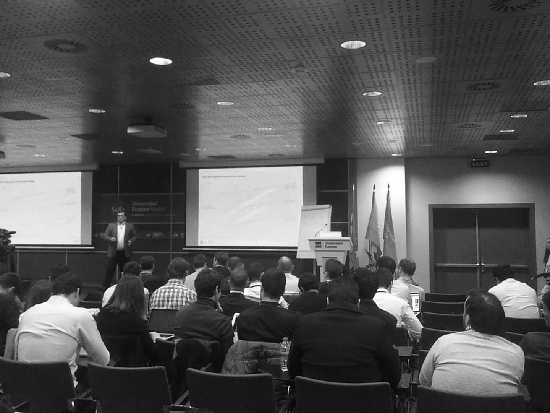 Dando un charla sobre los medloe de innovación abierta. Startup Weekend Universidad Europea, 2017 -