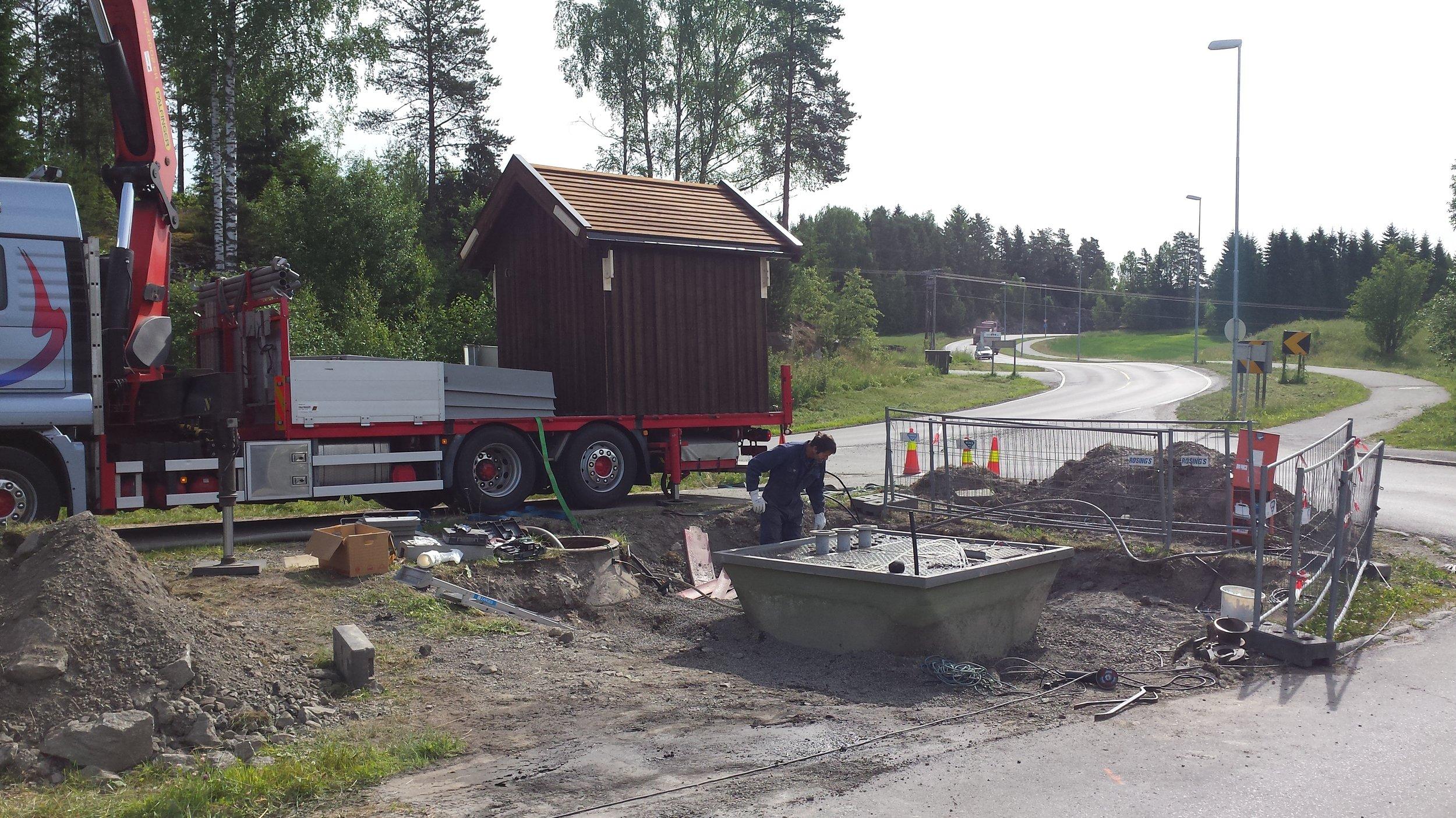 Nytt hus med utstyr montert, gammelt hus fjernes