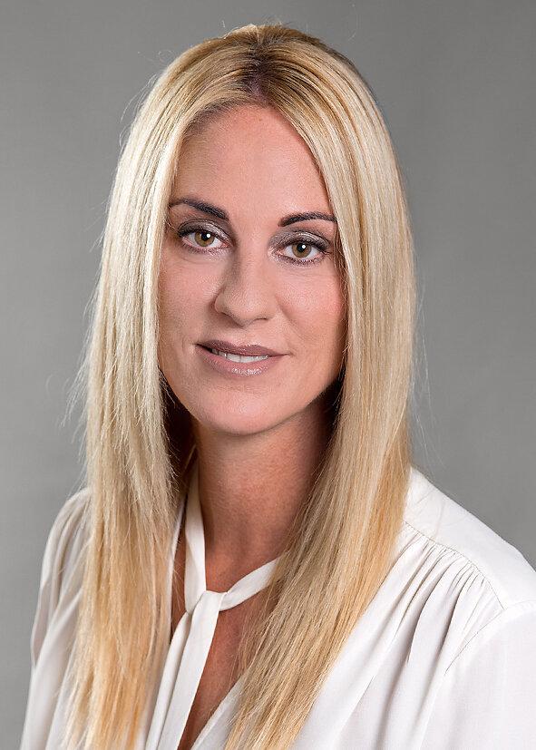 Cornelia Hoppler - gründete 2006 in Zürich das Unternehmen Hoppler Consulting.Basierend auf ihren Erfolgen und Kenntnissen in mittleren und gehobenen Kaderfunktionen, entschloss sie sich, ihr Wissen auf den Bereich Human Resources zu konzentrieren. Die berufliche Erfahrung sowie das über Jahre aufgebaute und gepflegte Netzwerk sind die Grundsteine für ihren Erfolg.