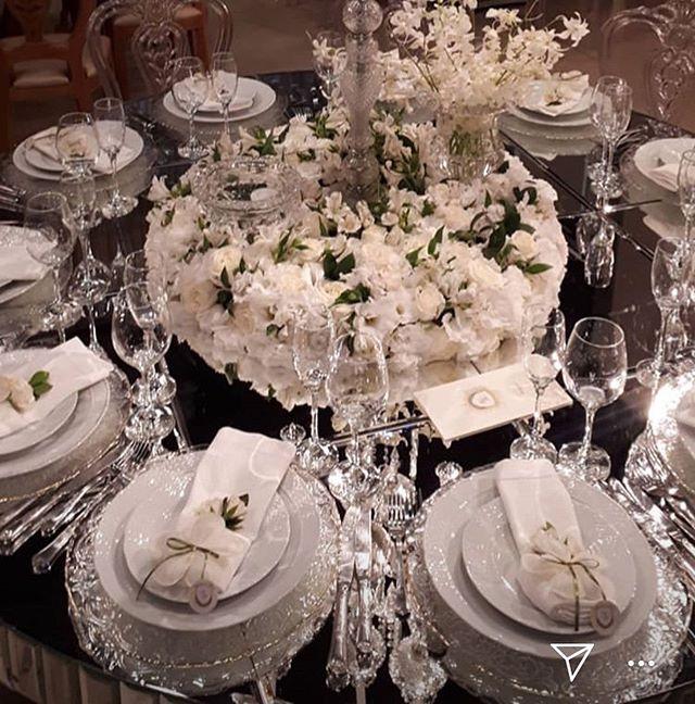 Pétalas Maravilhosas Personalizadas que fizemos para um grande casamento em Goiânia! Olha que lindas ficaram as nossas pétalas de amêndoas apoiadas no lugar do porta-guardanapo em cima dos sousplat! Além de fazerem parte da decoração , deixando incrível as mesas , cada convidado já recebe sua lembrança em seu assento na mesa!  Fica super refinado, elegante, além de toda simbologia ao presentear com as amêndoas italianas, trazendo sorte e prosperidade a quem as recebe! Já aos noivos traz muita saúde , felicidade , fertilidade , riqueza e vida longa para a vida nova a ser construída pelo casal! 💕💕💕💕 #mesapostacasamento #decoracaodemesa #wedding #decorwedding #petalasdeamendoas #petalasdeamendoasbuoniconfetti #buoniconfetti #amendoasrecheadas #lembrancasfinas #lembrancasdeluxo #lembrancinhasdecasamento #lembrancinhasdeluxo #dragées #noivos #casamento2019 #casamento #portaguardanapos