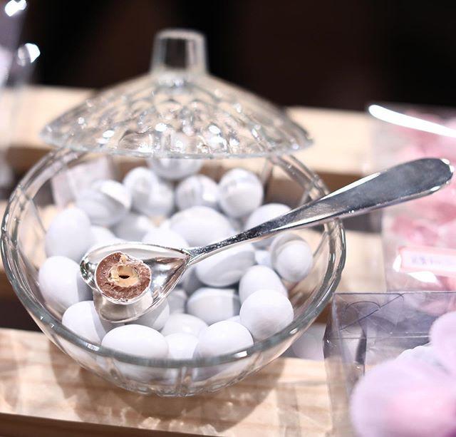Amêndoa Recheada Sabor Gianduia que servimos de degustação na @feirabubble ! Ótima opção para servir com café, lembranças , em todo tipo de evento, comemoração ou pelo simples prazer de degustar uma dragée !!! Gianduia é um recheio de 70% avelã e 30% chocolate como o famoso Nutella e tem um sabor irresistível!! Como trabalhamos com produtos importados dependendo da disponibilidade no estoque , garanta seus quilos dos sabores favoritos antes que acabem! #gianduia #amendoadechocolate #amendoasitalianas #amendoasrecheadas #petitfours #mesadocafe #mesadocafecasamento #mesadosdoces #batizado #sweetdragees #confetti #dragées #maternidade #casamento #eventosocial #eventocorporativo #eventosdeluxo