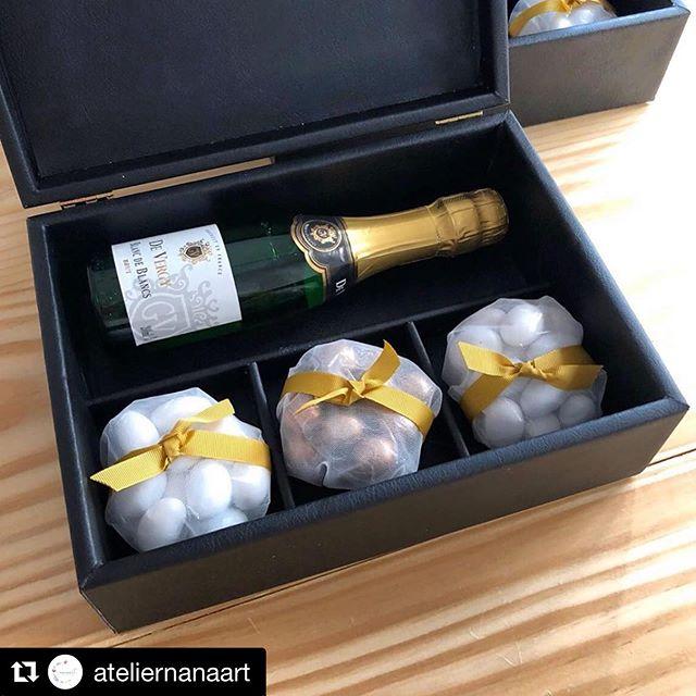 #Repost @ateliernanaart with @get_repost ・・・ Caixas únicas! Após a definição das cores, escolhemos o couro para trazer modernidade. Champagne 🍾 e Pallas de amêndoas @buoniconfetti  Orçamento pelo WhatsApp - Link na BIO 📩⠀ .⠀ .⠀ .⠀ #caixasobmedida #caixasespeciais #caixaspersonalizadas #caixaparamadrinhas #caixaparamadrinhasepadrinhos