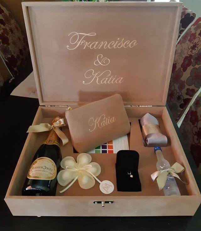 Recebemos essas fotos lindas da noiva @maysacavalcante das caixas de padrinhos dela com nossas pétalas de amêndoas ! 😍😍😍😍😍😍 Lindas demais!!!! Um encanto!!! As caixas foram feitas pela @servlaser , as gravatas fornecidas por ele também ! Já as necessaires, acabamento, personalização, convite , foram feitas pelo @ateliemodah !!!! Um grande prazer ter as nossas pétalas de amêndoas da @buoniconfetti compondo essas caixas que ficaram incríveis!!! 💕💕💕😄 #convitemadrinhas #padrinhosdecasamento #convitepadrinhos #caixaspersonalizadas #petalasdeamendoas #amendoasrecheadas #buoniconfetti #dragées #wedding #casamento #casamento2019 #noiva2019 #caixadepadrinhos