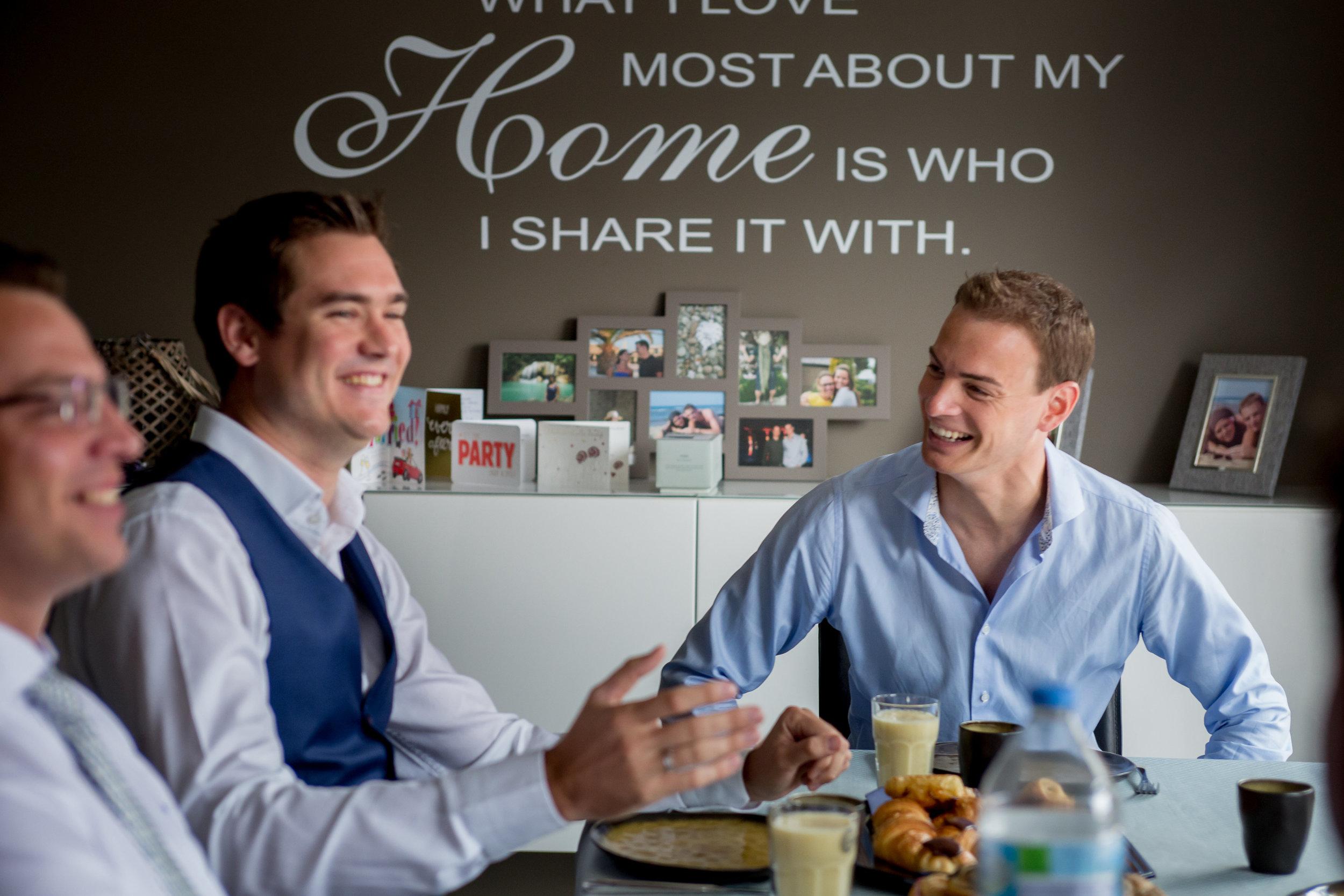 Eet iets - Als jullie de avond voor de trouw apart slapen, nodig voor de volgende morgen de getuige uit of de 'best man' of vrienden. Zo kunnen jullie samen iets eten. Dit is altijd een mooi moment om de dag te beginnen. En je zult meer op je gemak zijn.