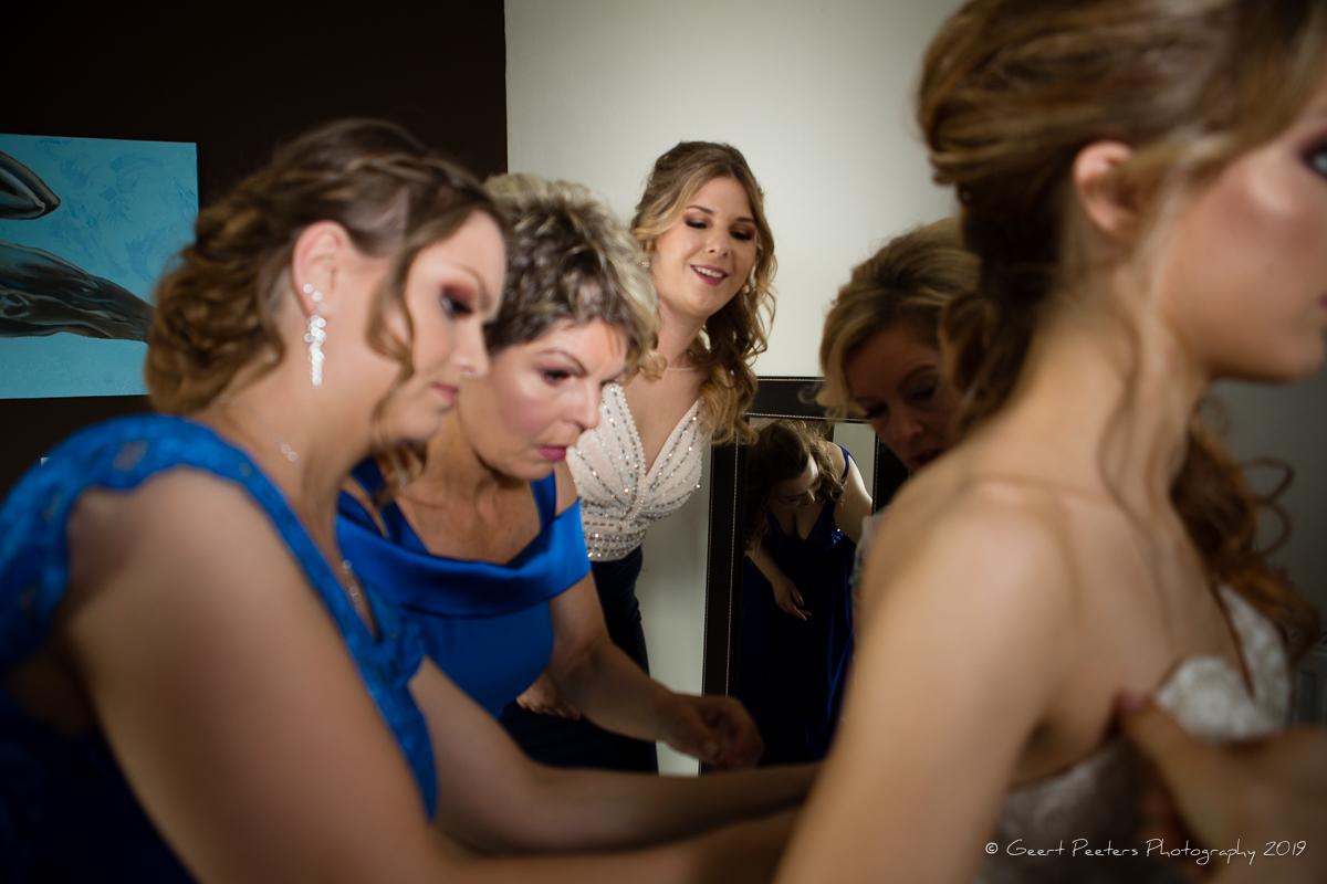 Bruid trekt kleed aan