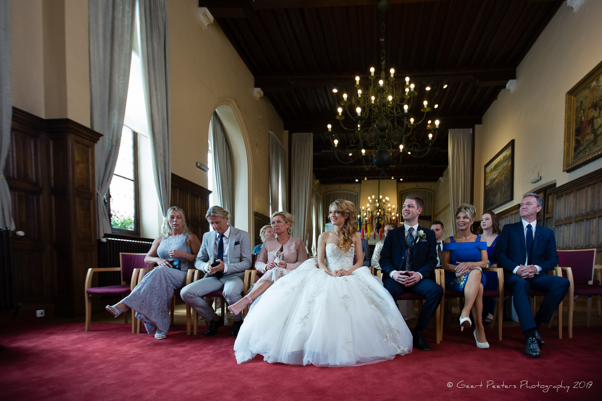 Bruid en bruidegom in stadhuis van Sint-Niklaas