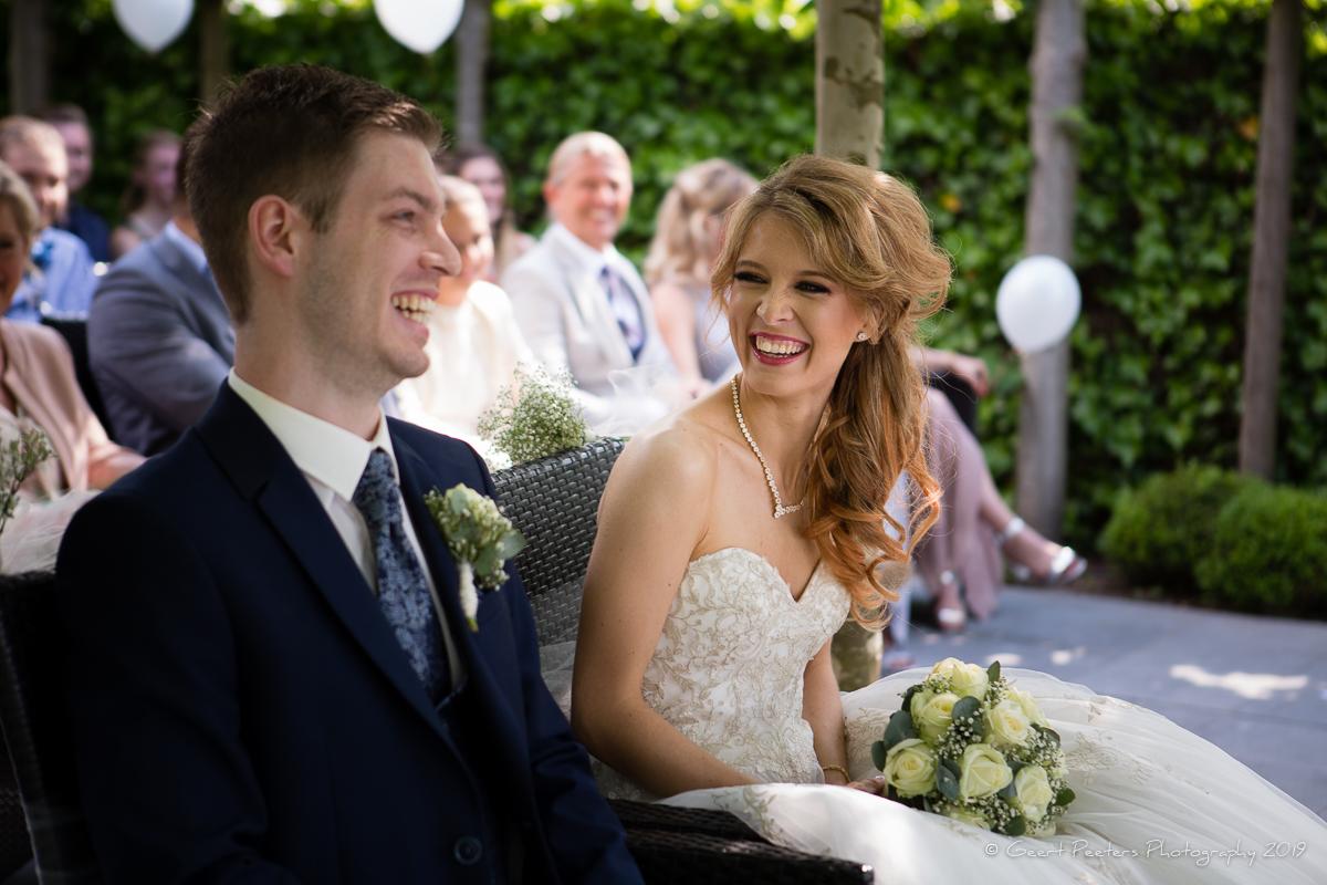 bruid en bruidegom in buiten ceremonie