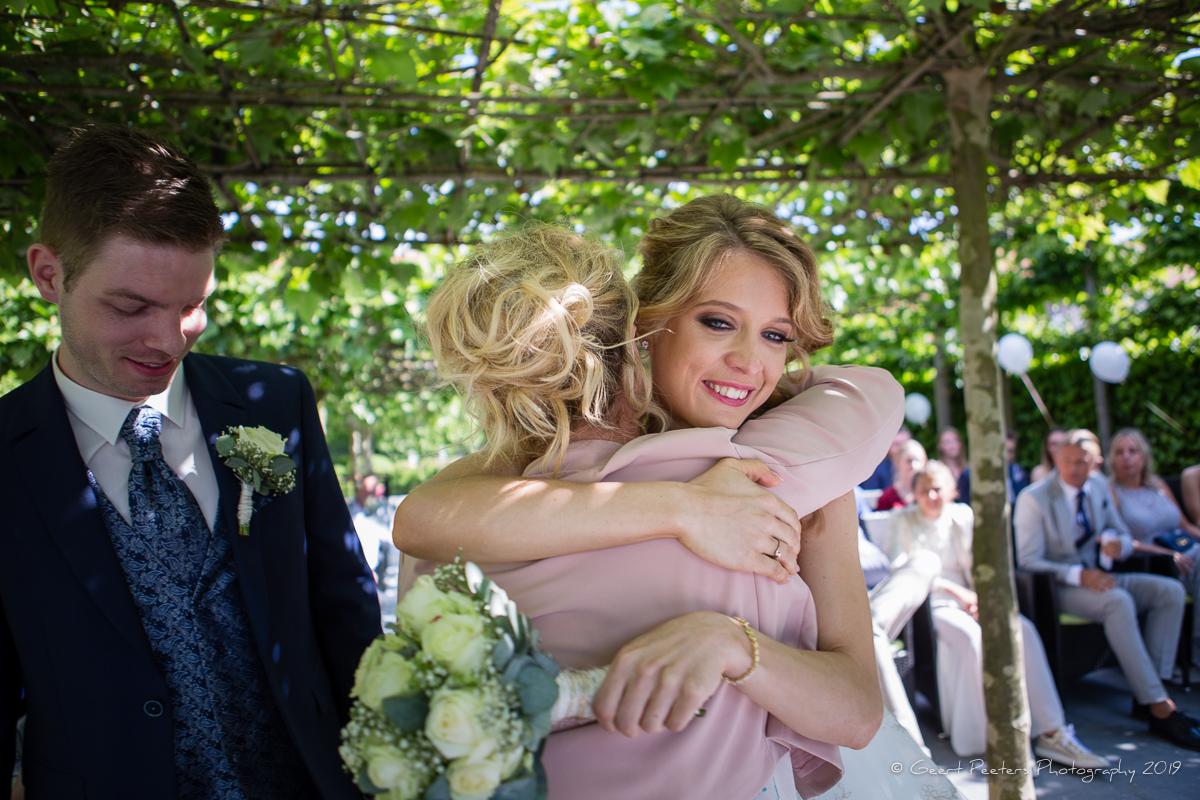 bruid omhelst moeder in buiten ceremonie