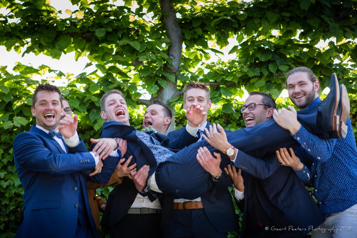 bruidegom wordt op handen gedragen in buiten ceremonie