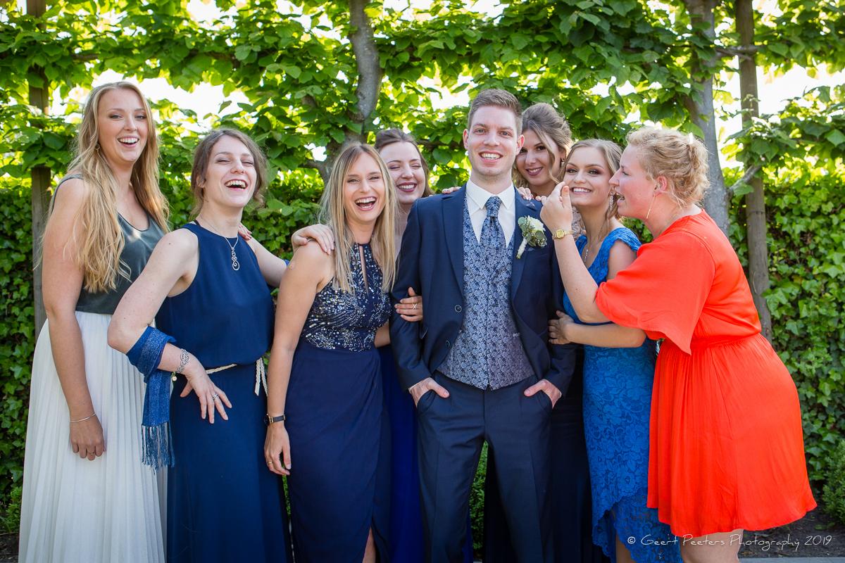 bruidegom met bruidsmeisjes in buiten ceremonie