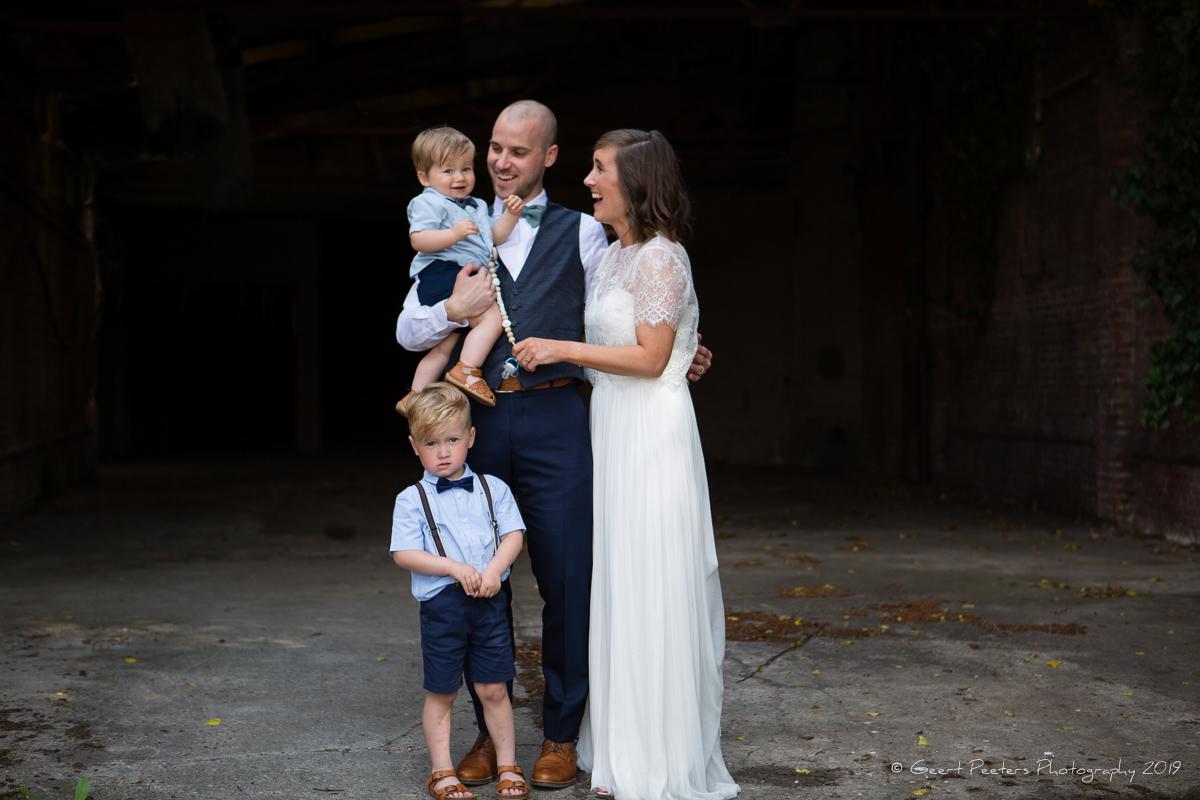 Bruid, bruidegom en bruidskinderen shoot