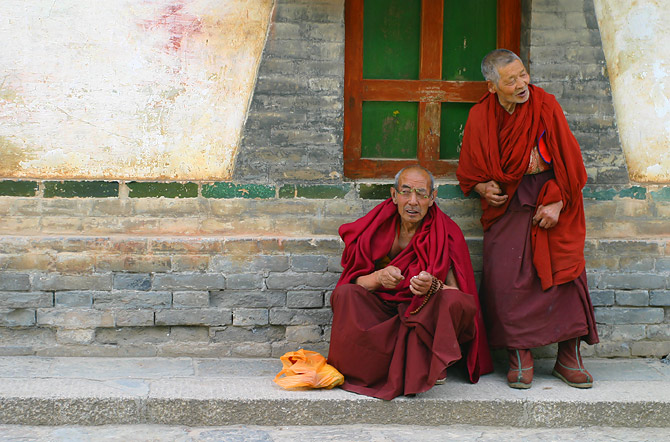 Tibetan Buddhist monks at Kumbum Monastery, Qinghai Province, China. CREDIT: B_Cool.  https://commons.wikimedia.org/wiki/File:Monks_at_Kumbum_Monastery.jpg .