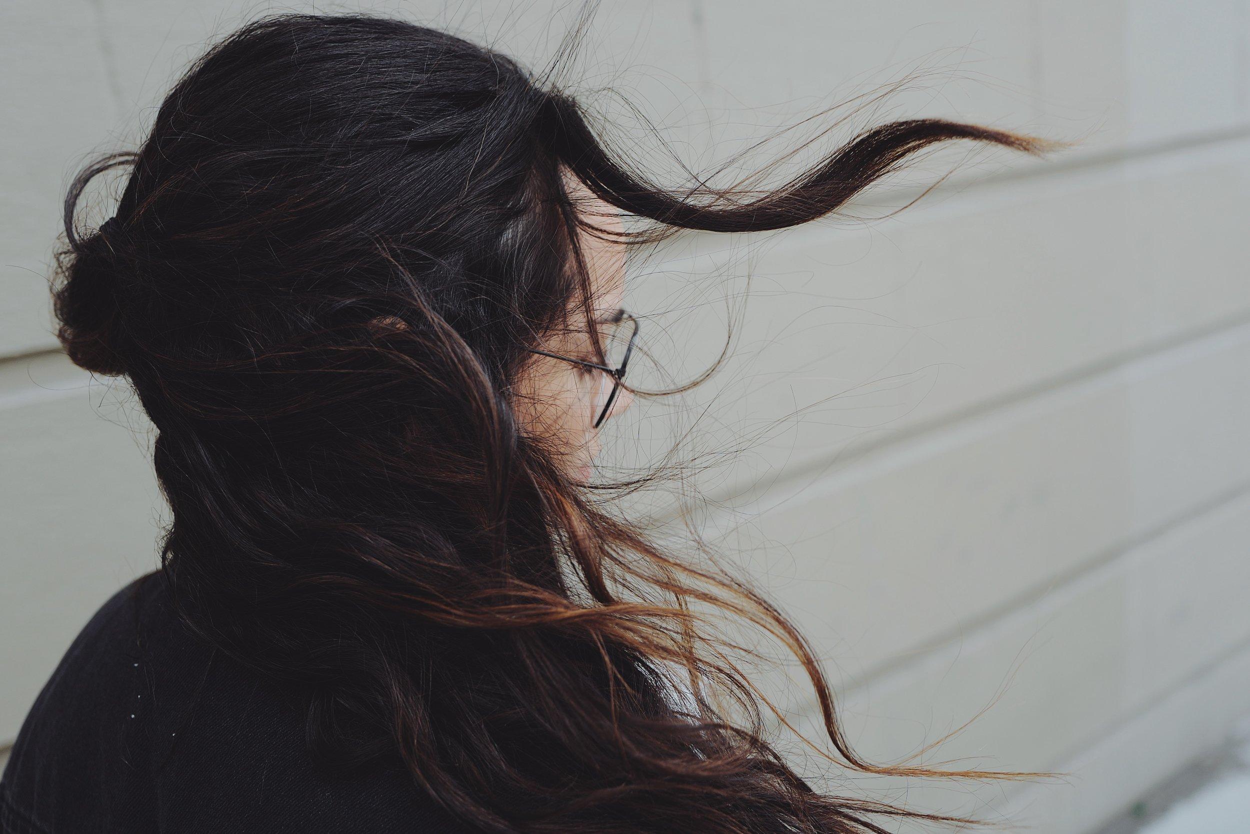 """Hairstyling - Von leichten Wellen bis zum Updo… dein Hairstyle sollte dich frisch, sexy, elegant oder glamourös aussehen lassen und auf keinen Fall alt und streng! Er muss zu deinem Stil passen und gleichzeitig zum Anlass. Hierzu kannst du gerne Inspirationen suchen und diese mitbringen. Wir suchen dann zusammen aus, was für dich das Beste ist.Eine """"leichte Hochsteckfrisur"""" gibt es nicht, die sehen nur so aus. Auch hier ist es wie beim Make-up, je nach Haarlänge, Volumen, Aufwand und Sonderwünschen werden wir mehr oder weniger Zeit benötigen.Preise:Blow Dry Express ca. 20 Min. 25 €Beach Waves, Locken & Sleek ca. 30 Min. 35€Up Do I ca. 45 Min. 50€Up Do II ca. 60 Min. 65€Good to know: bitte wasche sehr gründlich deine Haare und föhne sie trocken ohne weitere Haarprodukte."""