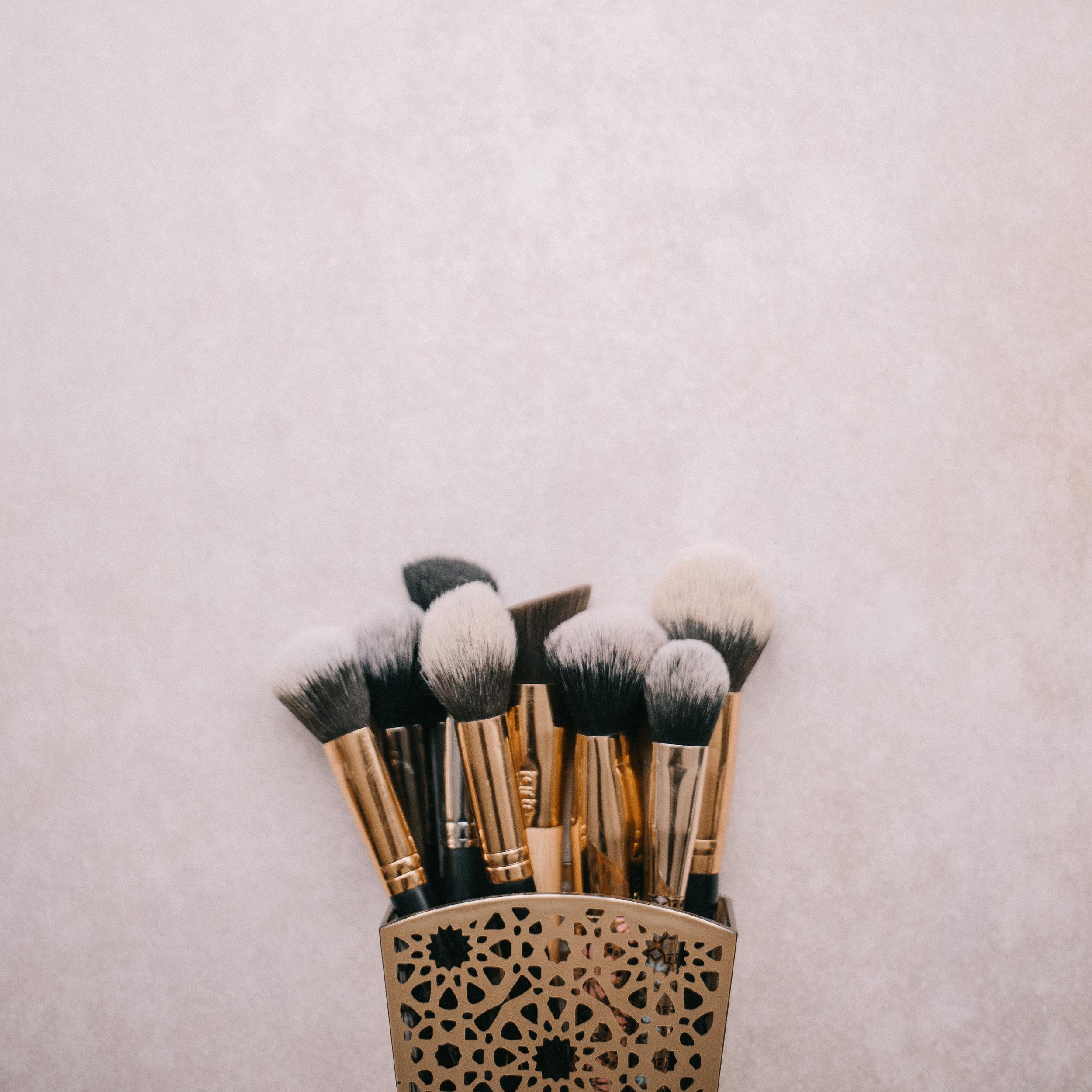 """Basic Beauty Lesson - Du bekommst ein Tages Make-up erklärt und dabei die wichtigsten Tipps gezeigt um das """"NEUE ICH"""" so einfach wie möglich in deinen Alltag zu integrieren. Unsere Kunden sagen immer : Es ist wie ich, nur besser!75 € p.P. - Dauer ca. 50 MinutenDie Basic Beauty Lesson kann man max. zu zweit machen. Telefonisch oder per Email buchen."""