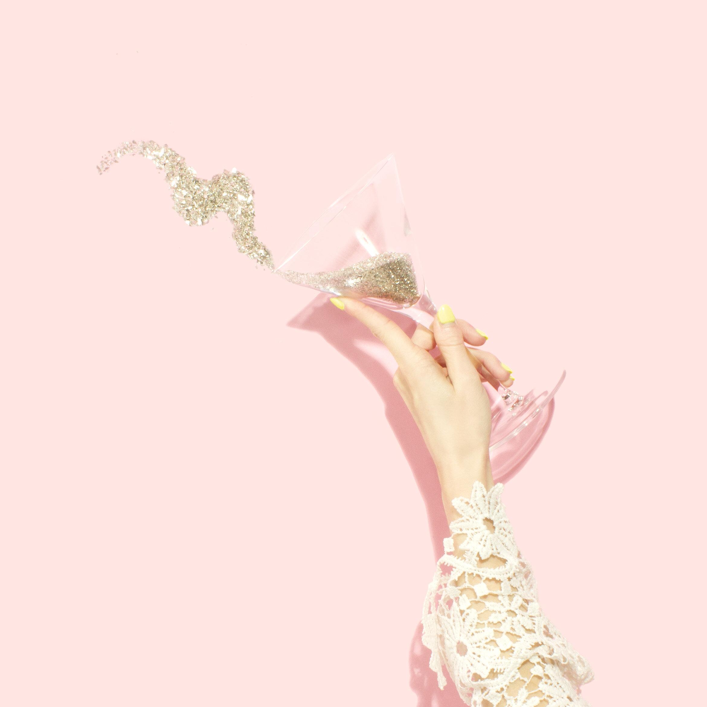 Beauty Lesson Party… - Be Your Own Make Up Artist! Bei der Beauty Lesson Party geht es darum, dass du und deine Freundinnen tolle do´s and don'ts lernt um ein perfektes Tages Make-up aka Signature Look zu kreieren!Teilnehmeranzahl 4 – 8 PersonenDauer des Events beträgt 2 – 2,5 Stunden.Preis Pro Person 85 €1 Welcome Drink & 1 Coffee oder Tee ist immer dabeiExtras:Sweet Breakfast: (Vorbestellung)1 Portion Home made Banana Bread 1 Carrot-Orange Juice 0,3 ml Preis p.P.: 10 €Ideal für: Geburtstage, Girls Beauty Day Petit Comité, Baby Shower, JGA usw.Good to know: Dieses Event ist ausnahmslos von Do bis Sa in der Zeit von 10 – 13 Uhr buchbar.