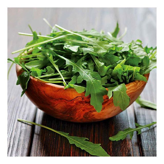 Whether you called it arugula or rocket - this leafy green plant is filled with minerals, antioxidants and vitamins. Additionally, arugula is packed with phytochemicals which help prevent cancer. Arugula can easily be added to your meal by for instance mixing it into a salad or a pasta dish! #eatwelltofeelwell #anticancer #anticancerfood #nutrition #healthyhabits #antioxidants #vegetarian #vegan #salad #greens #functionalmedicine #nutritionist #healthcoach #foodismedicine #food #eathealthy #healthyeating #mealtips #mealplan
