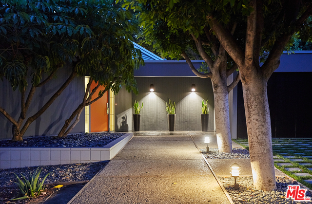 Even as you first approach the house you have to appreciate the clean, elegant lines all around you, including the landscaping and garden features.