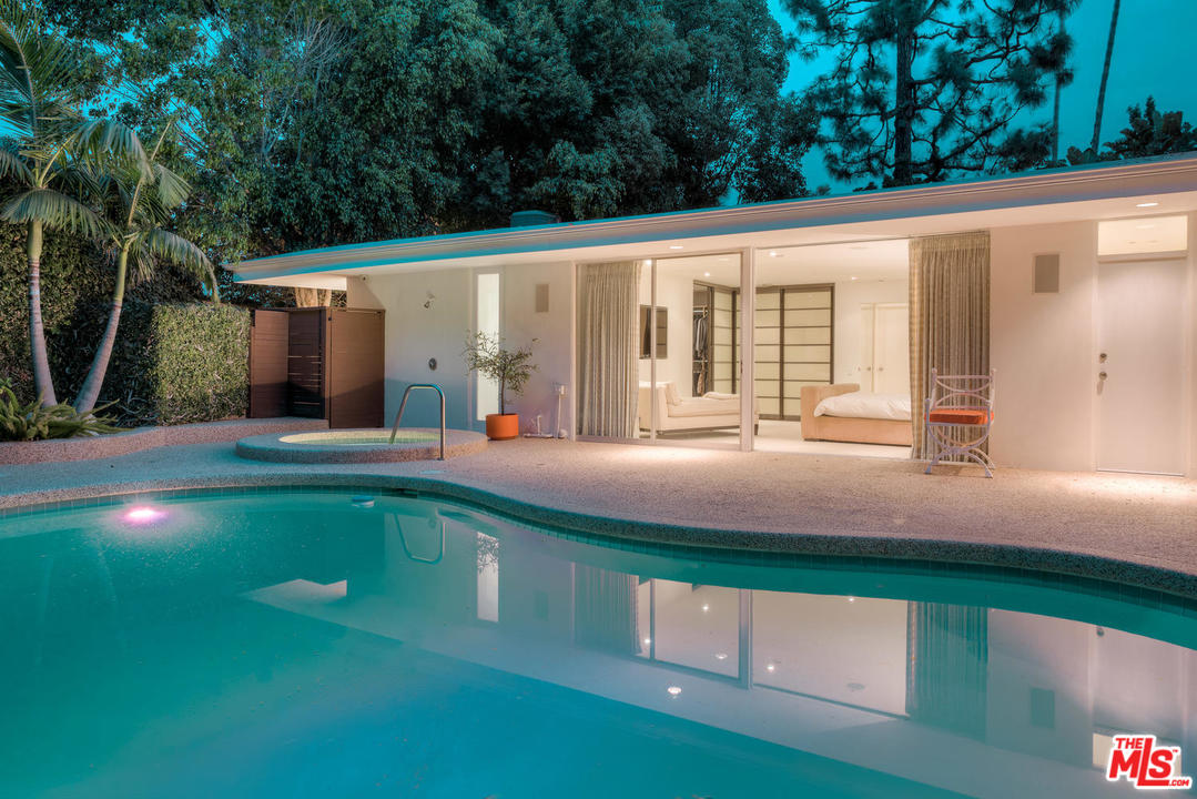 And the pool is indeed lovely. As is the Jacuzzi. And still, it's the lines of the house that make me drool.