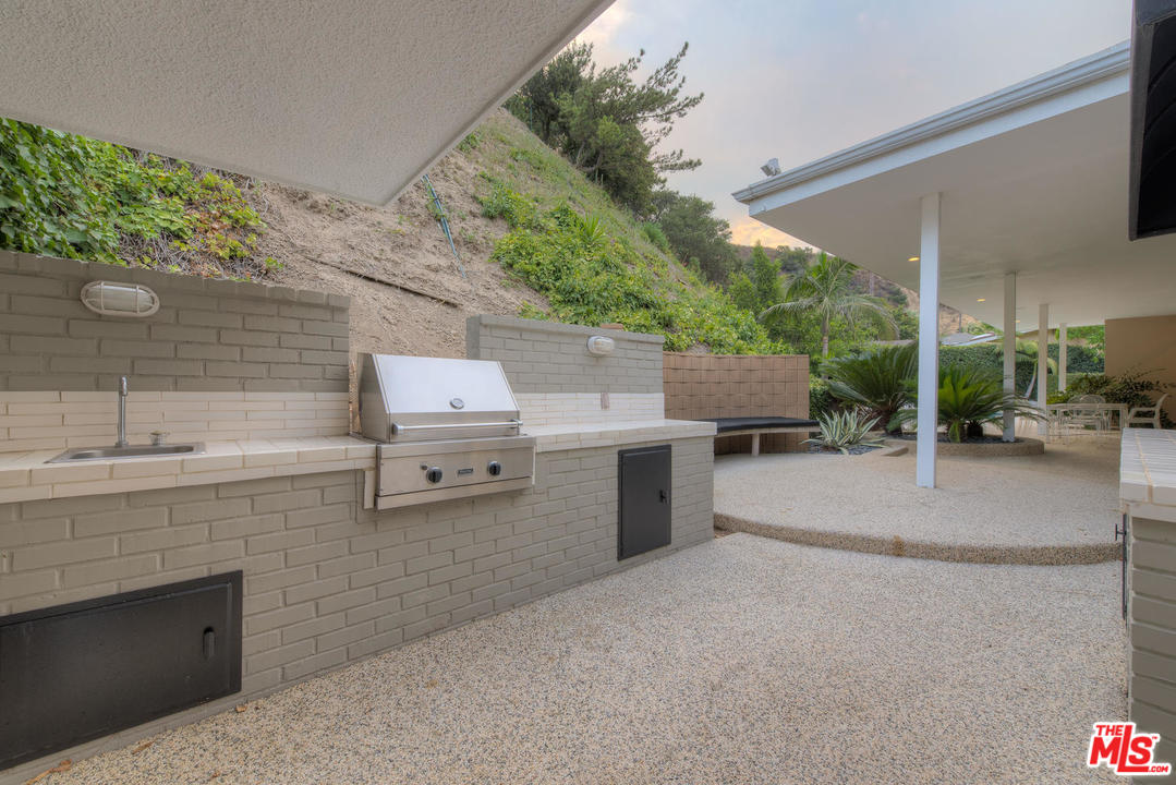 Even the built-in barbecue and seating area have a certain je ne sais quoi. Don't ya think?