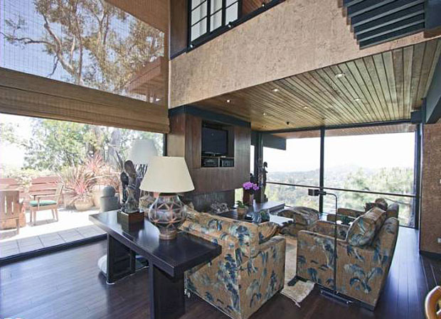 alls of glass? Lots of wood and other natural materials? Soaring ceilings? Check, check and check.