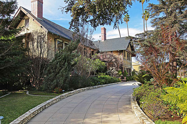 One of the things that I love about L.A. is that you can find sterling examples of pretty much every style of residential architecture in existence. This English Arts and Crafts home with Tudor accents is stunning, thanks in large part to its architect, Sumner P. Hunt (Hunt, Eager and Burns).