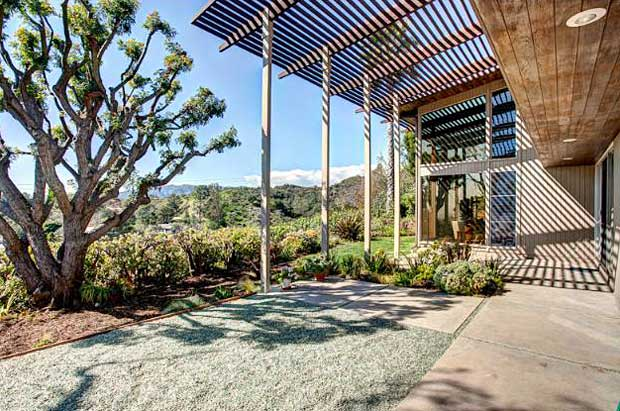 Situated on nearly a third of an acre with a great indoor-outdoor flow, beautiful views and pacific breezes, this home is a gem.