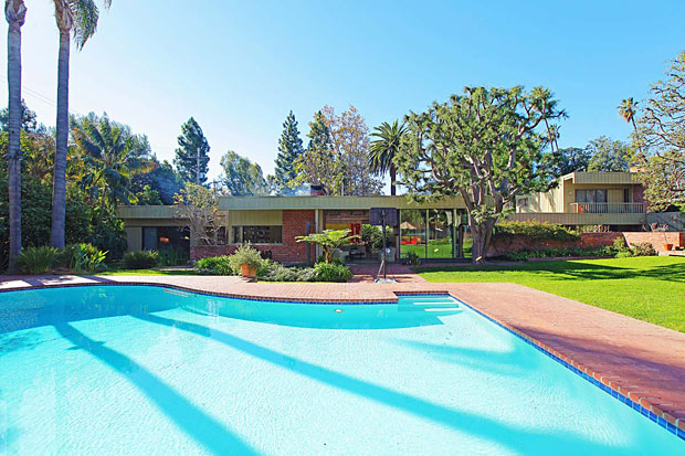 This Nesbitt house is flat out stunning and it's no surprise that it won a Distinguished Honor Award from the Southern California AIA in January 1947.