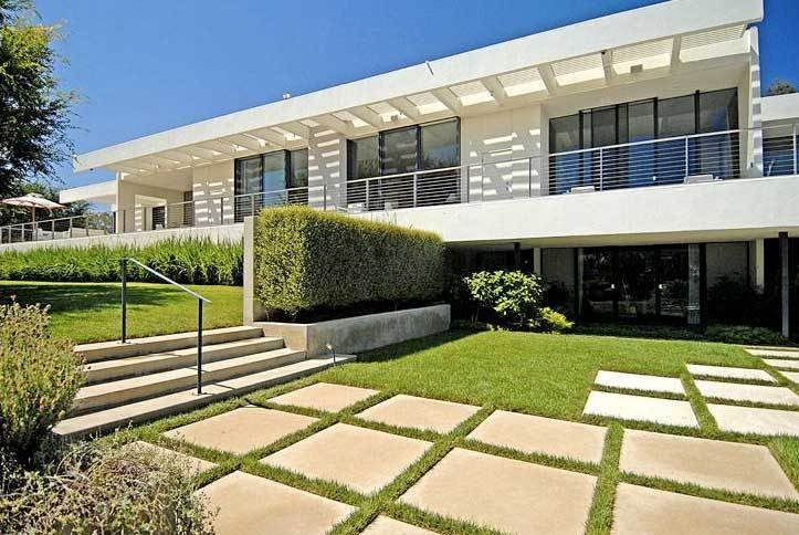 ennifer Aniston 4 BR / 6.5 BA Mid-Century on 3.25 Acres in Bel Air. Architect: A. Quincy Jones. Reported Selling Price: $21MM