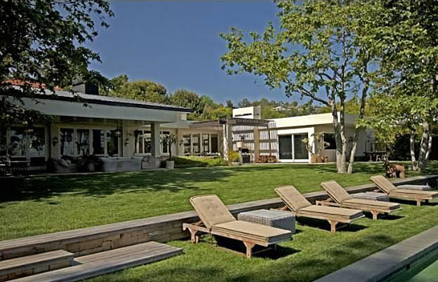 Ellen Degeneres (seller) – Ryan Seacrest (buyer) 9,200 square feet Mid-Century on 2.87 Acres in Beverly Hills, 3 BR plus 2 guest houses. Architect: Buff & Hensman. Reported Selling Price: $37,000,000