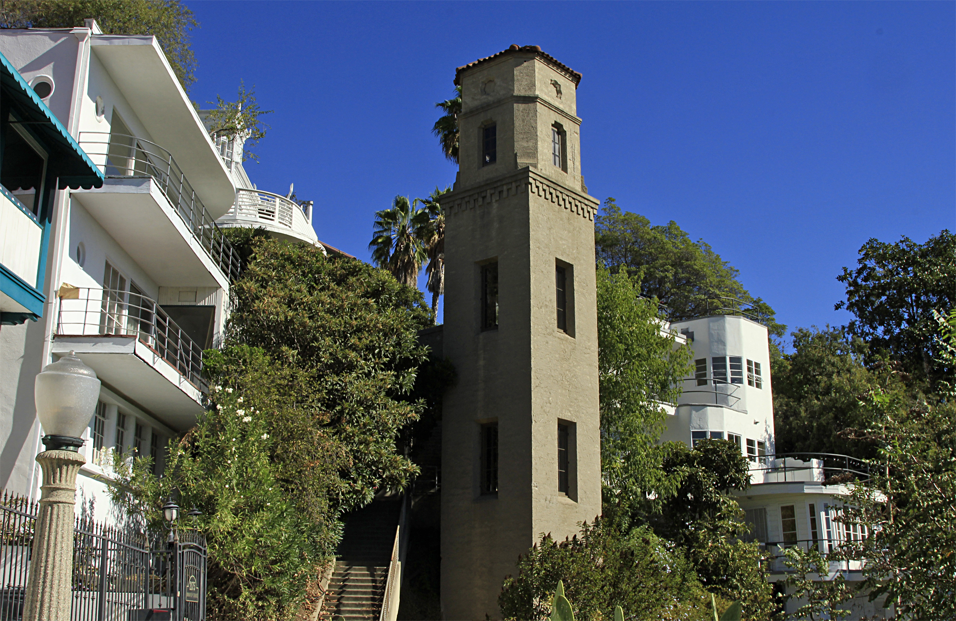 The seclusion and unusual setting of High Tower Court made it the ideal setting for the residence of noir detective Philip Marlowe, played by Elliot Gould, in the 1973 movie of Raymond Chandler's novel The Long Goodbye.