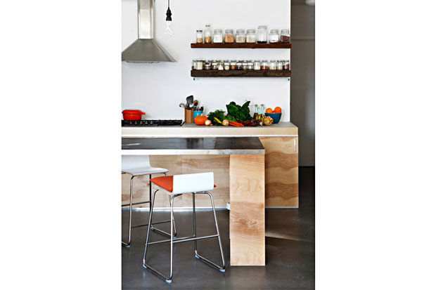 Concrete and plywood complement one another perfectly in the kitchen.