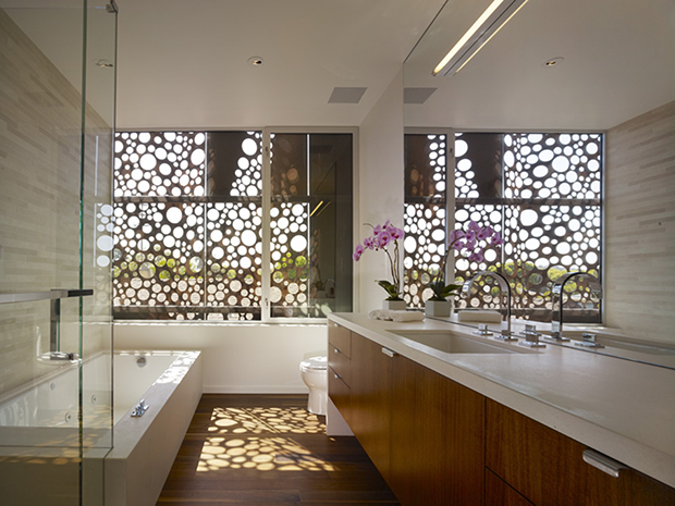 Beautiful bathroom finishes, once again complemented by the exterior screen.