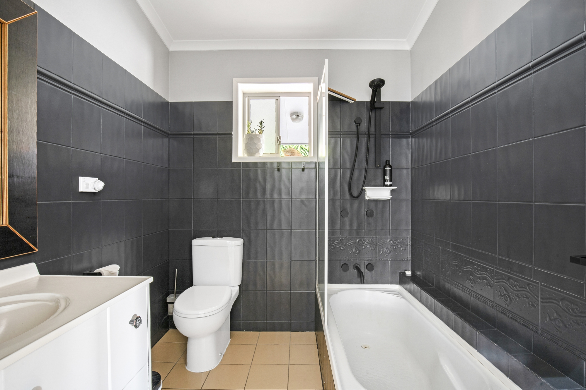 20. Main Bathroom.jpg