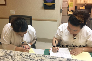 実習にて、Documentation (記録)の練習をしました。Charge Nurseから実際に、その施設で使われている書類で患者さんの様子や、自分でassessment(患者さんに対して行った評価)した結果を書きました。なかなか難しいです。