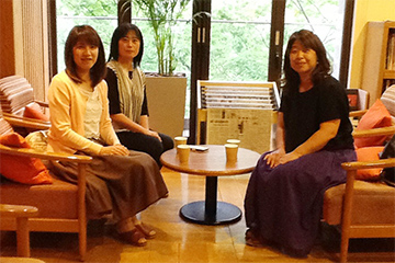 医療事務から看護師になったKazumiさん(右)、大学病院勤務中のベテラン看護師Yaeko さん(左)