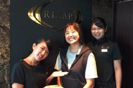 Rizap栃木県宇都宮店の前で記念撮影。マネージャーの竹本さん(左)と、パーソナルトレーナーの赤石栞さん(右)です。週2回のインナーマッスル・トレーニングと低糖食で、大幅ダイエット。何といっても食事指導は、目標値に向けて意識を変えてくれました。リバウンド無しで自主的に継続できるように頑張ります。