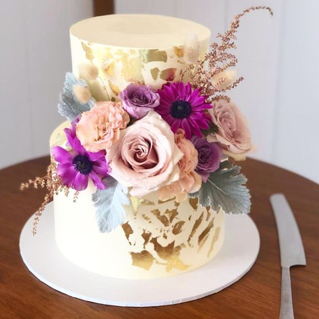 How beautiful is this cake decorated with our blooms by the lovely @secretweaponcakes ✨