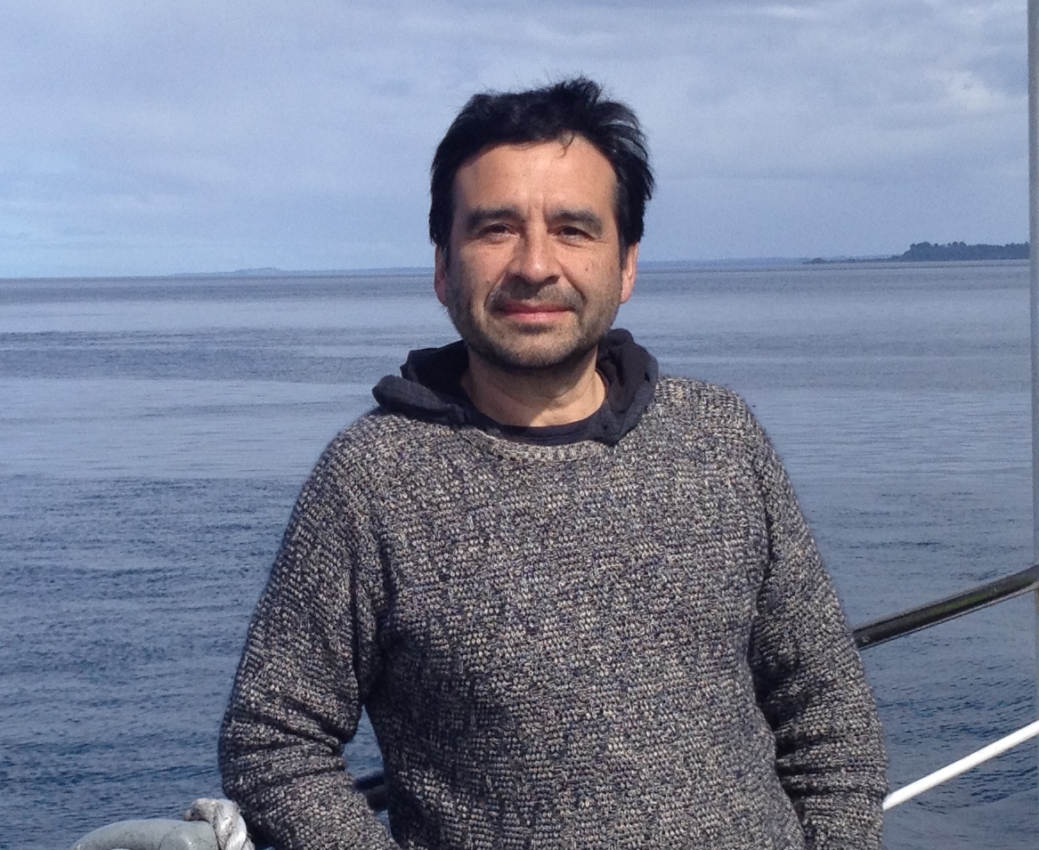Osvaldo Ulloa, PhD. - Explorando la Fosa de AtacamaUn viaje a explorar y conocer nuestro mar más profundo, enigmático y desconocido, la Fosa de Atacama. A comienzos del 2018 se realizó la Expedición