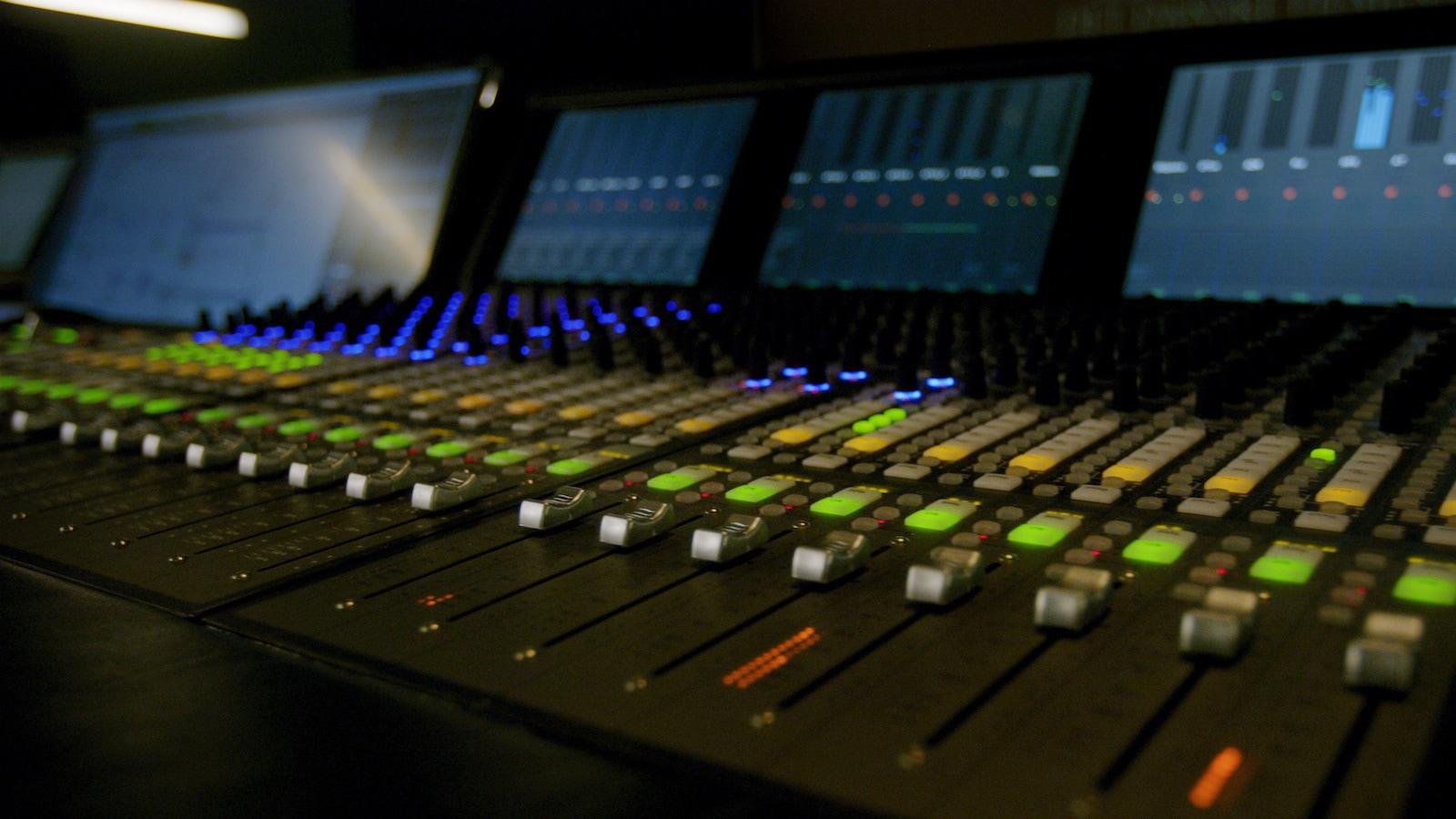 Sound design, Tonschnitt & Dialogbearbeitung - Wir arbeiten mit einem Team aus festen und freien Sound Designern zusammen, um für Eure Werke und Geschichten an den ProTools und Nuendo Schneideplätzen die passenden Klangwelten und eine mitreißende Tondramaturgie zu erschaffen.