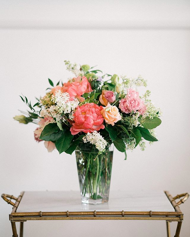 June gloom is in full effect here in San Diego, so if you're in search of sunshine and don't want to drive out east - let us brighten up your home 😎 Our everyday arrangements start at $65 for delivery or you can pop into the studio and pick something up! Photo @shaneandlaurenphoto #sandiegoflorist #sandiego #dsfloral #junegloom #flowerarrangements #solanabeach #delmar #cardiff #ranchosantafe #flowerdelivery