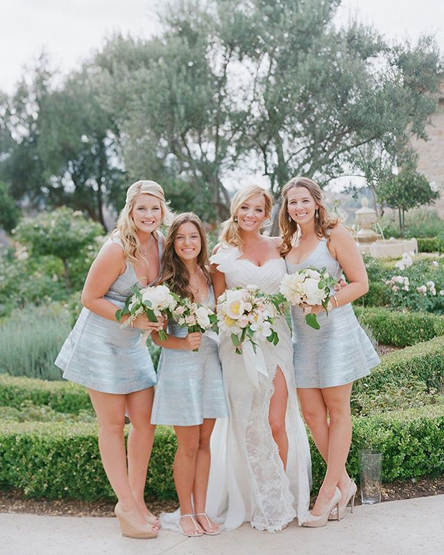 Pulling this one out of the archives because this wedding will forever be one of our favs 😍 Why? It was at the little slice of heaven that is @calaviespa, was photographed by @elizabethmessina (need we say more?), and Brandy's dress - with that slit 🙌🏼 It was a perfect storm of perfect details and will always be a modern classic in our eyes! #blacktiewedding #sandiegowedding #sandiegoflorist #weddingflorist #weddinginspiration #weddinginspo #classicwedding #romanticwedding #bridestyle #bridalfashion #brides #isariweddings #bouquetinspiration