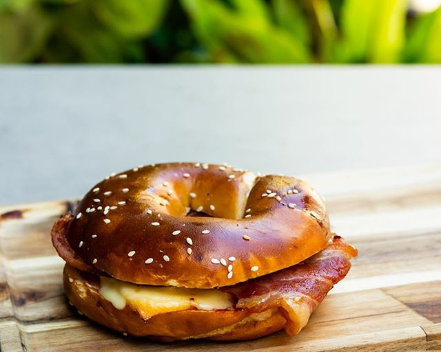 Our brekkie bagel w/ egg, bacon, cheese, relish & caramelised onion. Open from 7am! Pc: @thefoodloversproject . . . . #brezelbrothersperth #rainesquare #perthcbd #cityofperth #perthcity #perthcafe #perthcoffee #pertheats #breakfastinperth #pretzel #urbanlistperth
