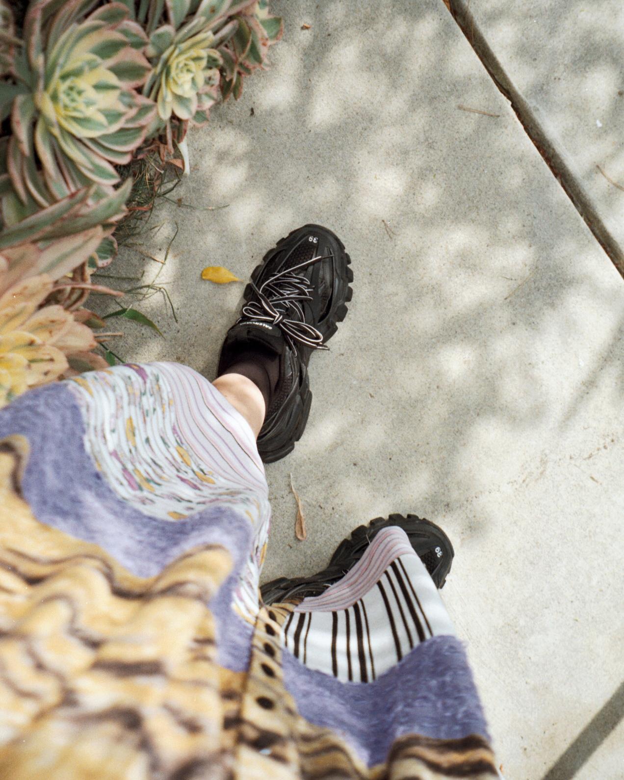 Kasket fra    Outdoor Voices   , skygger i Runyon Canyon, vores grønne vej i Silver Lake, sneakers fra    Balenciaga    og    patchwork kjole    fra Hofmann.