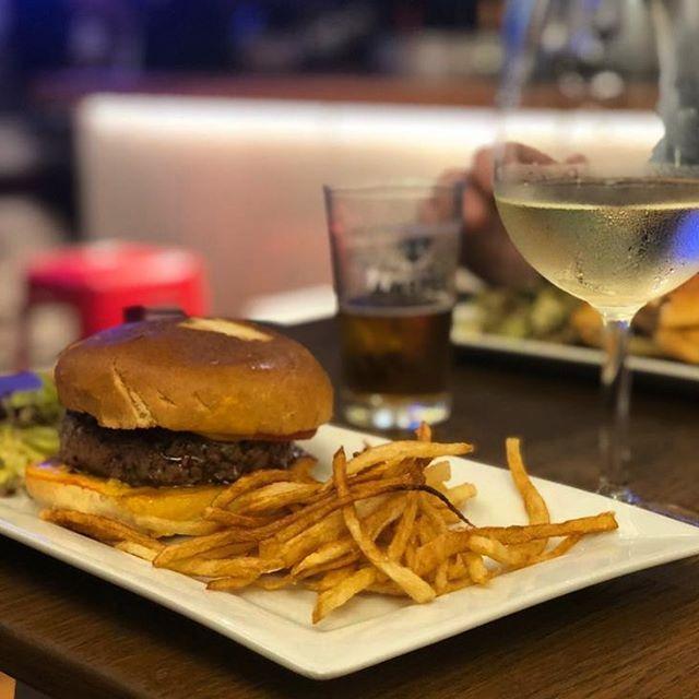 Nuestra hamburguesa tiene historia: fué en su día una #sugerenciasdelchef, pero su éxito y por clamor popular no pudimos dejar de servirla #graciascanallas. Por eso, aunque no se encuentre en la carta, siempre está disponible para los que la conocen y quieren repetir o por los que han oído hablar de nuestra pequeña leyenda cárnica y quieren probarla #dicenqueeslamejor Y tu, has probado nuestro secreto? #ibiza #ñam #canallaibiza #canallaerestu #hamburguesacanalla #hamburguesacasera
